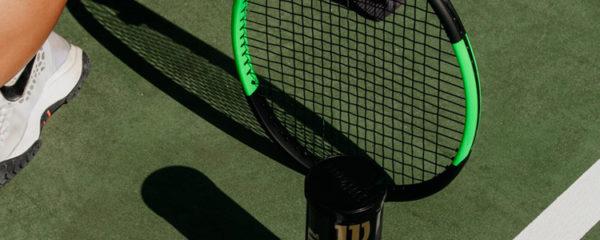 Raquettes et balles de tennis Wilson sur un court de tennis vert